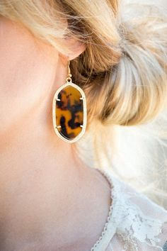 Our beautiful Tortoise Shell Drop Earrings......simply perfect for every occasion! Made out of an acrylic tortoise shell, zinc alloy and plated with gold, these earrings are a must have for every outf