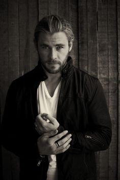 Chris Hemsworth----I don't usually like men with blond hair and blue eyes, but for this one, I'll make an exception. Jeremy Renner, Liam Hamsworth, Portrait Male, Pretty People, Beautiful People, Hemsworth Brothers, Chris Hemsworth Thor, Actrices Hollywood, Hommes Sexy