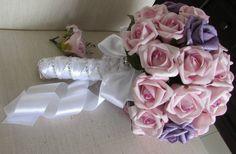 Delicado e lindo este Bouquet de noiva em rosas em e.v.a. materila que tem o toque aparência e textura de uma rosa natural, somam um total de 45 rosas! Rosas nos tons lilás e roxo  Acompanha a lapela para o noivo  Envolto de fita cetim branca e trançado perfeito juntamente com STRASS por todo o cabo! fazem desta beleza uma JÓIA para a noiva! que poderá ter eternamente  Lançamento exlusivo da ROSAMORENA, ponta do cabo toda forrada em STRASS!  Um belo broche dá o requinte para este Bouquet