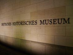 Am Eingang...  Doch ins DHM geht es nicht beim #Museup #TweetUp zur Ausstellung 'Verführung Freiheit' @DHMFreiheit nicht!
