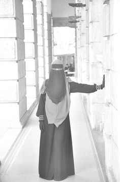 Niqab- i dunno, something about her i love so much. i dont know her but she just exudes elegance, modesty and a easy going personality. -prev pinner I couldnt say it any better myslf Beautiful Hijab, Black Is Beautiful, Beautiful Outfits, Muslim Girls, Muslim Women, Arab Girls, Islamic Fashion, Muslim Fashion, Niqab Fashion