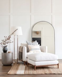 Home Interior Salas .Home Interior Salas Chic Living Room, Home And Living, Living Spaces, Small Living, Studio Living, Living Room Chairs, White Living Rooms, Modern Living Room Decor, Dark Wood Floors Living Room