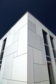 White is not a mere absence of colour; it creates openness, purity, cleanliness and reflection. Colour Architecture, Facade Architecture, Facade Design, Exterior Design, Clubhouse Design, Office Wall Design, Exterior Wall Cladding, Mall Design, Tuile