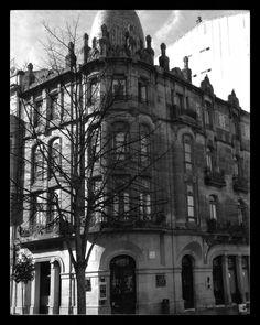 Casa Mülder en Montero Ríos.  Construcción promovida por Enrique Mülder Palmer para viviendas y diseñada en 1910 por Manuel Gómez Román, con influencias eclécticas, vienesas y belgas.