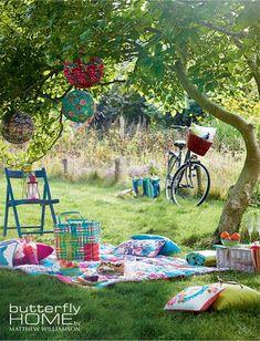 Love the paper lanterns, bike, quilt