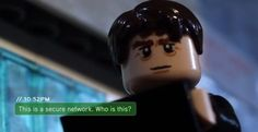 O Kevin, da Brotherhood Workshop, recriou o trailer do filme Sem Escalas totalmente feito de Lego, e, como você verá a seguir, a semelhança com o trailer verdadeiro é totalmente insana. Incluímos ambos os trailers para você iniciar os dois juntos e poder ver todos detalhes na comparação.