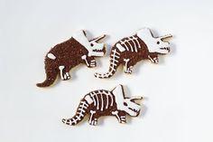 Simple Dinosaur Cookies -Sugar Cookies Decorated with Royal Icing by No Bake Sugar Cookies, Sugar Cookie Royal Icing, Dinosaur Cookies, Dinosaur Party, Man Cookies, Cut Out Cookies, Royal Icing Decorations, Cookie Tutorials, Cookie Time