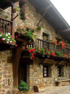 Rincones así se pueden encontrar casi en cualquier pueblo de Cantabria, pero estos están repartidos entre Bárcena Mayor, Carmona, Mogrovejo y Potes. ¿No os quedáis con ganas de doblar la esquina y seguir callejeando?