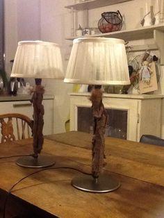 """Twee tafellampen gepimpt met drijfhout. Lijmpistool,drijfhout en kokos touw"""""""