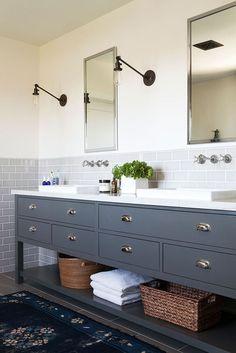 Grand meuble de salle de bain double vasque de couleur gris bleu avec nombreux…