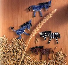 flat beaded little animals Beading Tutorials, Beading Patterns, Beaded Crafts, Beaded Animals, Beads And Wire, Bead Weaving, Beaded Flowers, Cool Things To Make, Seed Beads