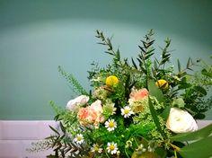Les Mauvaises Herbes, artisans fleuriste, Bordeaux, France. Bouquet: Eucalyptus, dianthus, camomille, craspedia, renoncules, thlaspi. #lesmauvaisesherbes #fleuriste #wedding #flowershop #bouquet #event #floral design
