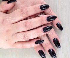 Acrylnagels met zwarte gellak.