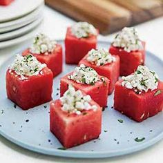Watermelon cups with feta & mint - scoop small well in each watermelon cube. Stuff with mashed up feta, mint and shallots. Season with pepper and serve. No Cook Appetizers, Appetizer Recipes, Party Appetizers, Healthy Appetizers, Simple Appetizers, Snack Recipes, Detox Recipes, Brunch Recipes, Easy Recipes
