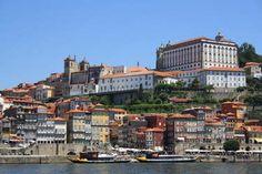 """Ribeira Das Altstadtviertel Ribeira von Porto liegt malerisch am Fluss Douro. Zu sehen sind hier die berühmten Portweinboote (barcos rabelos) und gegenüber auf der anderen Seite vom Fluss die Stadt """"Vila Nova de Gaia"""" mit den Portweinkellern zu der man zu Fuss über die Dom Luis-Brücke gelangen kann."""