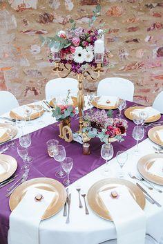 Hochzeitsdekoration in Gold Marsala und Purple Foto: Sachs Photography