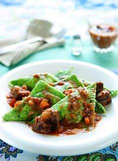Raviolones de espinaca, ricota, queso chevrotin de cabra, nueces de pecan y salsa ragu de cordero.