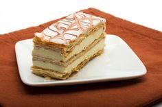 Rica receta del pastel mil hojas, también conocido como Napoleón.  Este postre típico francés va relleno de crema pastelera entre tiras de pasta de hojaldre.