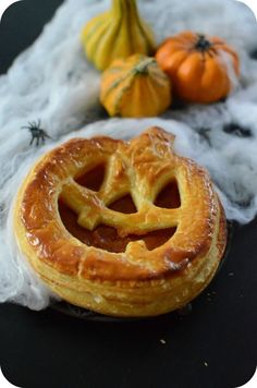 Here is an idea to impress children and to motivate them to cook with you! What could be better than the pretext of Halloween to prepare funny little recipes :] Today, I offer a puff pastry topped with pumpkin-apple compote … Halloween Desserts, Plat Halloween, Menu Halloween, Halloween Cookies, Halloween Treats, Bricolage Halloween, Pumkin Pie, Pumpkin Cheesecake, Partys