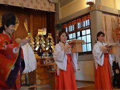 下北沢の北澤八幡神社で「巫女体験教室」-実際に参拝者祈念なども