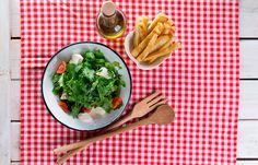 Σαλάτα ρόκας με κρουτόν σκόρδου και μοτσαρέλλα