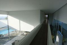 Modern Residence by Topos Atelier de Arquitectura  interesante el puente del segundo piso sobre la sala de doble altura