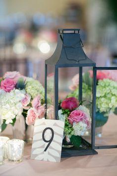 Gaiolas e lanternas decorativas dão ótimos arranjos de mesa!