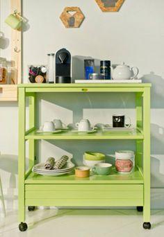 Conexão DécorMóvel verde com cafeteira e xícaras deixa tudo á mão para a decoração do cantinho do café.http://conexaodecor.com/2017/05/pausa-para-o-cafe/