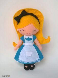 Alice no País das Maravilhas em feltro #artesanato #feltro #boneca #infantil #alicenopaisdasmaravilhas #molde #decor #decoração #festainfantil #costura #diy #handmade #feitoamao #artesanatocriativo #façavocemesmo #alice #marrispe