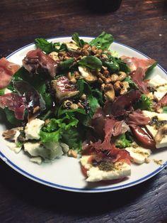 Salada: alface, rúcula, tomate, queijo minas, presunto parma, pesto e castanhas de caju