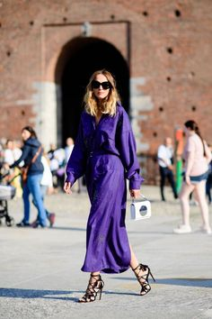 Purple maxi dress with black strappy sandals: The Best Street Style From Milan Fashion Week Street Style Chic, Milan Fashion Week Street Style, Milano Fashion Week, Spring Street Style, Cool Street Fashion, Street Style Looks, Looks Style, Spring Style, London Fashion
