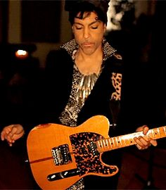 GIF ANIMÉ : Prince rehearsing 'Plectrum Electrum' on the 13th of March 2013 to me. The Greatest.