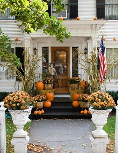 Get Some Outdoor Halloween Decorations Ideas to make your outdoor space look scary. So hurry up and get your ideas to make your home Halloween ready. Get Some Outdoor Halloween Decorations Ideas to make your outdoor space look scary. So hurry Halloween Veranda, Outdoor Halloween, Fall Halloween, Scary Halloween, Halloween Porch, 1960s Halloween, Halloween Pumpkins, Vintage Halloween, Classy Halloween