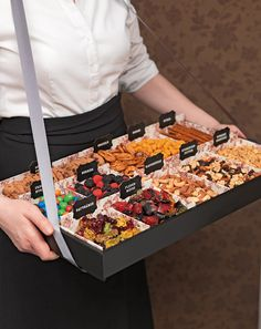 Crafts treats for the JGA, champagne reception or the candy bar, Veal tray - You can easily make this veal tray yourself by blackening a simple wooden tray with black spray paint. Then a ribbon of the desired length. Candy Bar Crafts, Wedding Snacks, Desert Bar, Offbeat Bride, Ice Cream Party, Bbq Party, Crumpets, Catering, Champagne