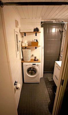 pesukonehylly Testikylpyhuoneen tilaa säästävä kapea pesukone löytyi käytettynä netistä (150 €). Allaskaappi saatiin edullisesti uutena (129 €).