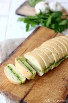 Préfou à l'ail (spécialité vendéenne, un pain qui a très peu coloré, garni d'un beurre à l'ail et au persil)