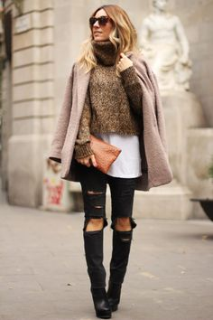 Turtleneck jumper: outfit with ripped jeans, turtleneck jumper and oversized coat, in Barcelona. Barcelona Fashion, Cute Outfits With Jeans, Sweater Outfits, Casual Outfits, Winter Trends, Mode Outfits, Fashion Outfits, Womens Fashion, Fashion Clothes