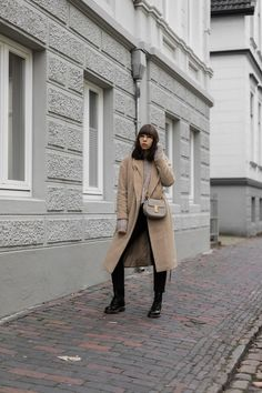 Blogger Outfit Street Style: Wollmantel – Set | Strickpullover – Mango | Jeans – Closed Pedal Pusher | Umhängetasche – Chloé Mini Drew | Stiefeletten – Dr. Martens 1460 | Brille – Ray-Ban RX 3447V 2730