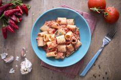 Le mezze maniche al tonno sono semplicissime da preparare e con pochi ingredienti semplici da reperire, un primo piatto sano e gustoso!