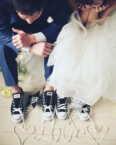 「コンバースの紐をアレンジしてみました。 お二人が見ている様子もとても可愛いです✨ #thesweetcloset #オーダーメイドフォトウエディング…