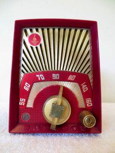 Vintage Emerson Old Bakelite Tube Atomic Retro Radio Modernistic Jetsons Love Vintage, Vintage Decor, Vintage Antiques, Retro Vintage, Vintage Stuff, Radio Record Player, Record Players, Retro Radios, Antique Radio