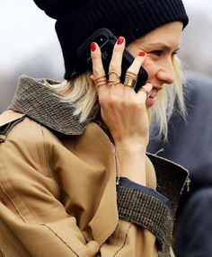 Bijoux qui donnent du style : l'accumulation de bagues dorées à tous les doigts >> http://www.taaora.fr/blog/post/comment-porter-plusieurs-bagues-a-tous-les-doigts-cuff-rings