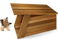 """Esta caseta de perro moderno integra el Estilo listón horizontal que es entre los más populares de los Diseñadores de muebles Modernos. El techo en ángulo y piso de madera gruesa. Fácil de crear sus efectos visuales son interesantes. La caseta de perro """"Moddy"""" esta disponible en madera de Ipe y Cedro."""