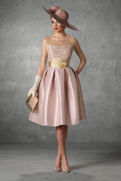 Sofisticado vestido en tulle con lunares y falda de capa realizada en mikado seda