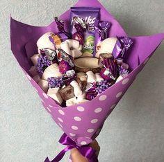15 Ramos que toda chica merece recibir de su chico amado; por cierto ninguno tiene flores! Candy Bouquet Diy, Food Bouquet, Gift Bouquet, Cute Birthday Gift, Diy Birthday, Chocolate Bouquet Diy, Five Senses Gift, Candy Gift Baskets, Creative Money Gifts