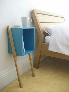 Table de chevet géométrique avec pied intéressant