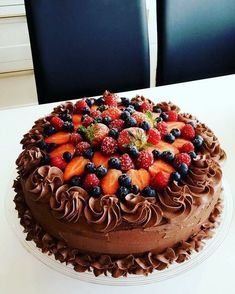 Dette er en fantastisk god sjokoladekake som slår ann uansett hvor den serveres. Den er rik på sjokolade og smak, og med alle de friske gode bærene og den friske bringebærkremen inni, blir det er perfekt balanse mellom smakene. Denne kaken er rett å slett en skikkelig «sjokoladedrøm»! Den er blitt servert i både bursdag og bryllup og er en ordentlig festkake! Norwegian Food, Scandinavian Food, Sweets Cake, Recipes From Heaven, Mini Cakes, Let Them Eat Cake, No Bake Cake, Chocolate Cake, Cake Decorating