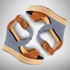 Plataformas mega fashion #LaModaMasDeseada #PriceShoes #girly #navy #sandalias   Visítanos en → http://tiendaenlinea.priceshoes.com/