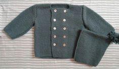 Patrón gratis de chaqueta cruzada para bebé de entre 3 y 6 meses de edad. Patrón gratis de gorro con pompón a juego. Súper fácil de hacer, ¿te animas? Knitted Flowers, Baby Bonnets, Baby Cardigan, Baby Knitting, Knitting Patterns, Pullover, Crochet, Coat, Sweaters