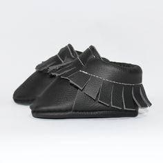 Schwarzer Baby Mokassin (Seitenansicht) - Unsere Mokassins sind aus echtem Leder, komplett frei von Chrom VI und wunderbar weich – so passt er sich perfekt Baby- und Kinderfüßchen an. Dank des praktischen Gummizugs wird das An- und Ausziehen für Eltern zu einem Kinderspiel. Die Herstellung findet im Herzen von Hamburg statt.